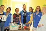 Více jak čtyřicet mladých lidí z karvinské Střední zdravotní školy vyráží po celý školní rok ve svém volnu za pacienty LDN a nemocnic na Karvinsku. Snímky jsou z LDN Nemocnice s poliklinikou Karviná-Ráj, aktivitu pořádá ve spolupráci se školou společnost