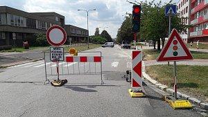 Od úterý je znemožněn průjezd po části ulice Žižkova v Karviné-Hranicích. Silnice se bude do listopadu opravovat.