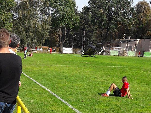 Vrtulník na českotěšínském fotbalovém hřišti.
