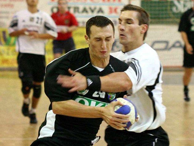 Jiří Kubis (vlevo) pomáhal svému týmu zdolat Duklu. Přispěl i brankově.