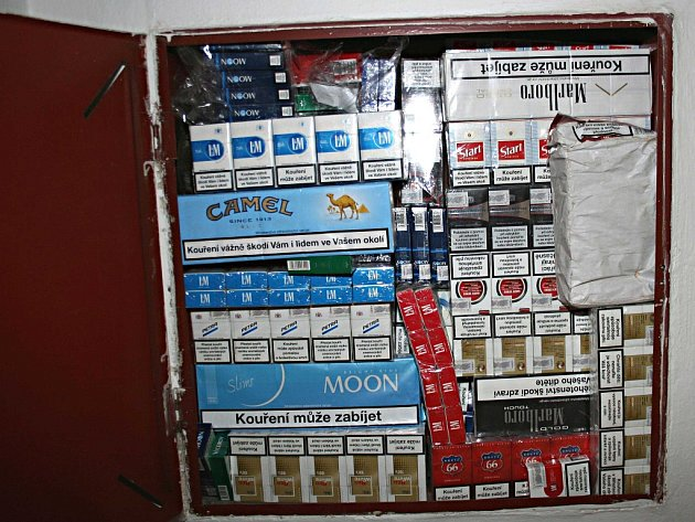 Odhalené cigarety ve skříni hydrantu.