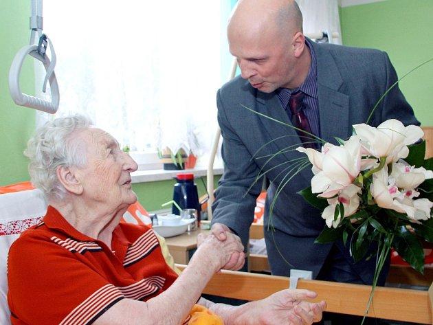 Paní Gertrudě Chmielové blahopřál také místostarosta Petr Procházka.