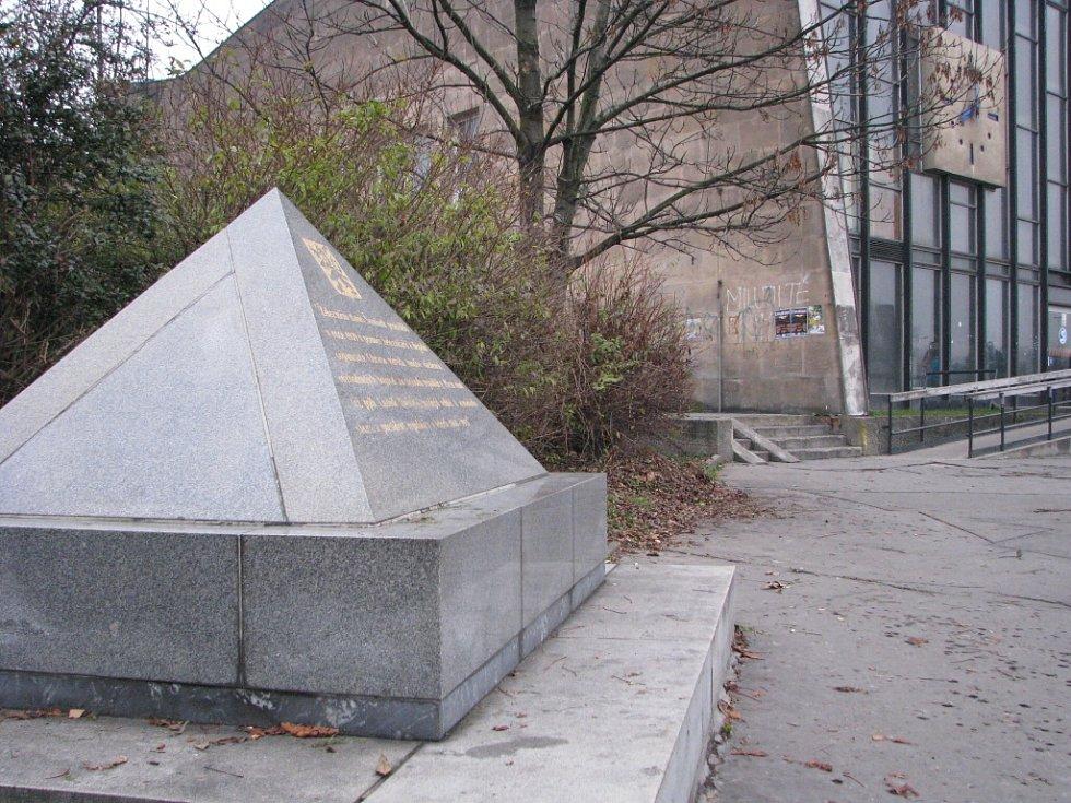Demontáž památníku před halou vlakového nádraží.