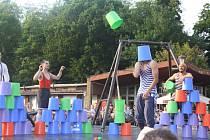 Představení akrobatické skupiny Cirk La Putyka na mostě Družby v Českém Těšíně jako vyvrcholení mezinárodního divadelního festivalu pro děti Bez hranic.