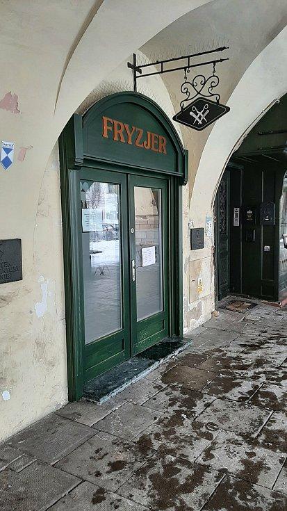 V kadeřnickém salonu na náměstí v polském Těšíně. Únor 2021.