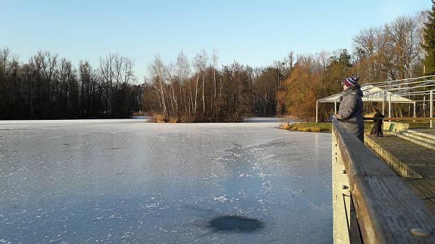 Ministerstvo financí zaplatí čištění jezera v karvinském parku Boženy Němcové.