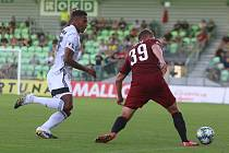 Karvinští fotbalisté (v bílém) prohráli v zajímavém zápase s pražskou Spartou 2:5.