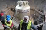 Karvinští farníci si prohlédli největší zvon na světě, který odlili zvonaři v polském Krakově.