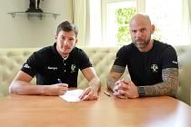 Vojtěch Patzel (vlevo) při podpisu smlouvy s karvinským klubem. Vpravo předseda Baníku Michal Brůna.
