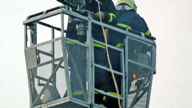Hasiči při požáru