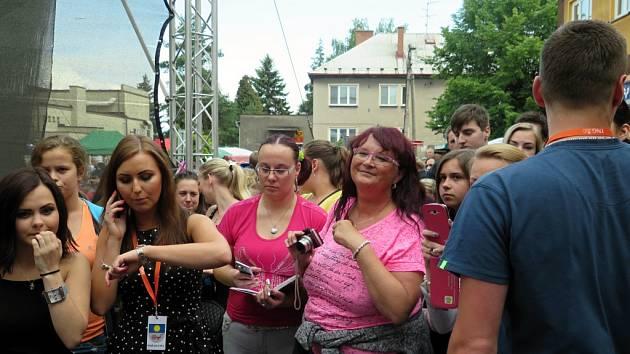 Sobota na náměstí v Horním Těrlicku patřila vítání léta. I když letos počasí trochu zlobilo, o Těrlické slunko byl zájem opět velký.
