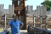 Pavel Kouřil, ředitel Archeologického institutu Akademie věd ČR na hradisku v Chotěbuzi Podoboře, který se výzkumu této lokality věnuje již 35 let.