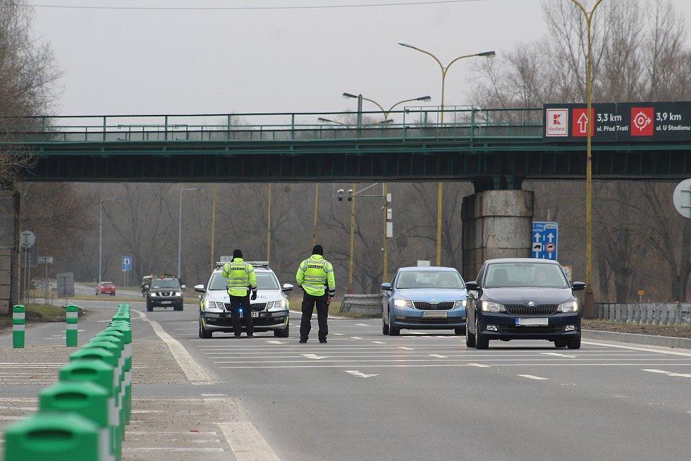 Na silnicích se v pondělí objevily policejní kontroly, které prověřují, zda lidé neoprávněně neopouštějí svůj okres.  Ostravská ulice na okraji Havířova..