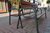 Český Těšín instaloval v centru města speciální lavičku, která má opěradlo i uprostřed sedadla. To proto, aby na lavičce nepolehávali bezdomovci.