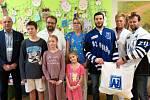 Hráči Filip Seman a Bronislav Rehuš z hokejového klubu AZ Residomo Havířov navštívili dětské oddělení Nemocnice s poliklinikou v Havířově.