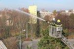 Cvičení hasičů na střeše zimního stadionu v Havířově