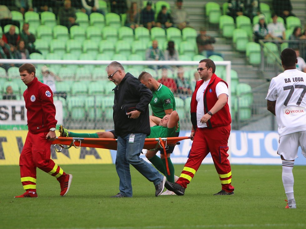 Miroslav Slepička je odnášen na nosítkách ze hřiště. Zlomil si kotník.