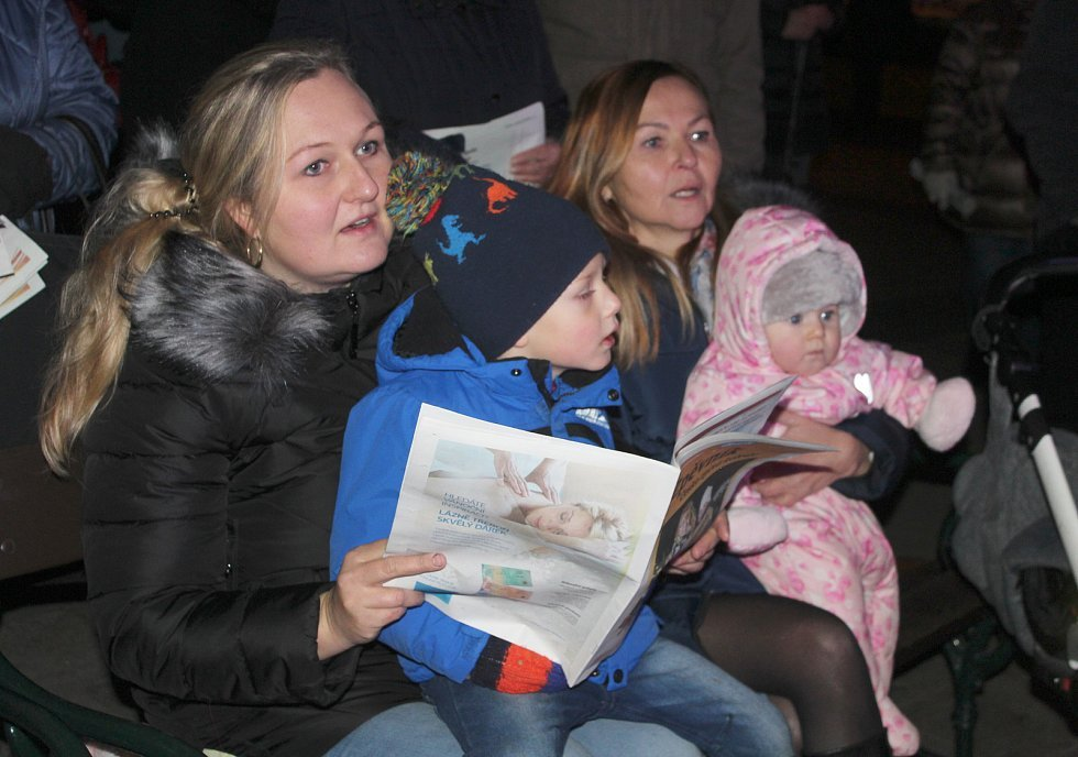 Akci Česko zpívá koledy si přišli užít také lidé do centra Karviné.