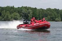 Havířovští hasiči při výcviku na Těrlické přehradě.