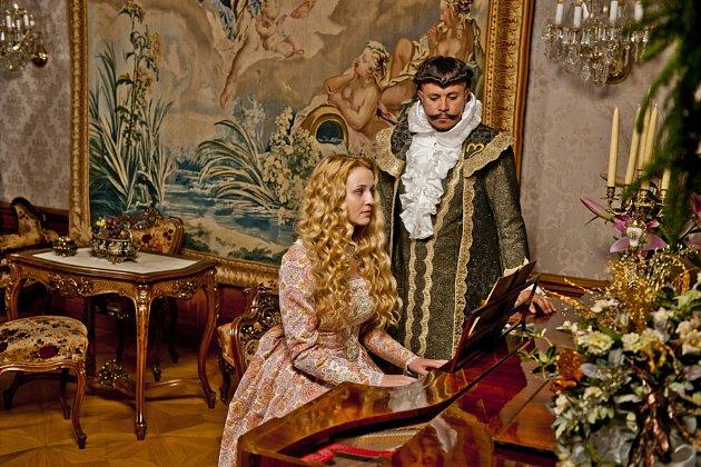 Oficiální promo fotky herců zpohádky Když draka bolí hlava vinteriérech a exteriérech karvinského zámku.