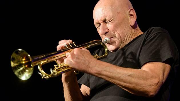 V Českém Těšíně se minulý týden konal Těšínský jazzový festival. Závěrečný koncert odehrál světoznámý trumpetista Laco Deczi. S ním v sobotu vystupovali také kytarista Will Johns a zpěvačka Audrey Martells.
