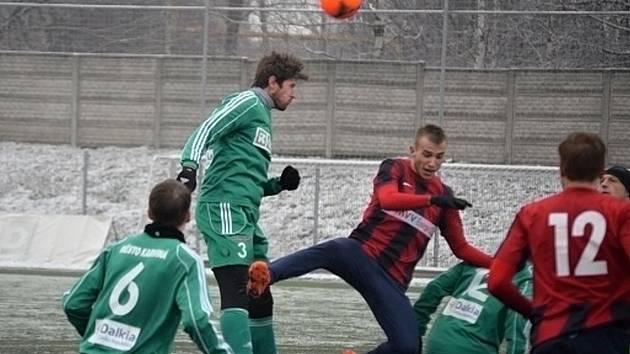 Fotbalisté Karviné (v zeleném) zdolali doma v pěkném utkání Opavu.