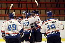 HC Baník Karviná, loni vystupující pod názvem HC Plus Oil, zahájí novou sezonu s oslabeným kádrem. Řada opor na snímcích už v týmu není, některé však zůstaly.