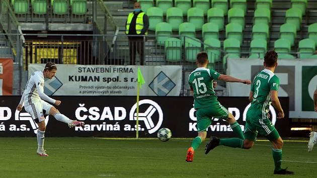 Lukáš Bartošák (v bílém) střílí Bohemians první gól nedělního zápasu.