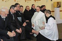 Po vzoru Ježíše Krista umyl stonavský farář během čtvrteční velikonoční mše nohy 12 mužům.