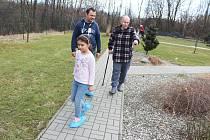 Dobrovolník Marek z Adry zapojil do této činnosti i svou dceru a pro všechny je to moc fajn. Pan Josef Hubáček je jejich dědečkem i dobrým kamarádem.
