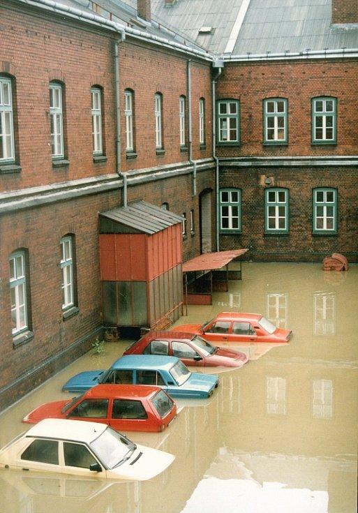 V nádvoří bohumínské radnice zůstala v hluboké vodě uvězněna soukromá auta především strážníků městské policie. Jeden z mála, kdo se svým autem stačil před vodou ujet, byl starosta Petr Vícha.