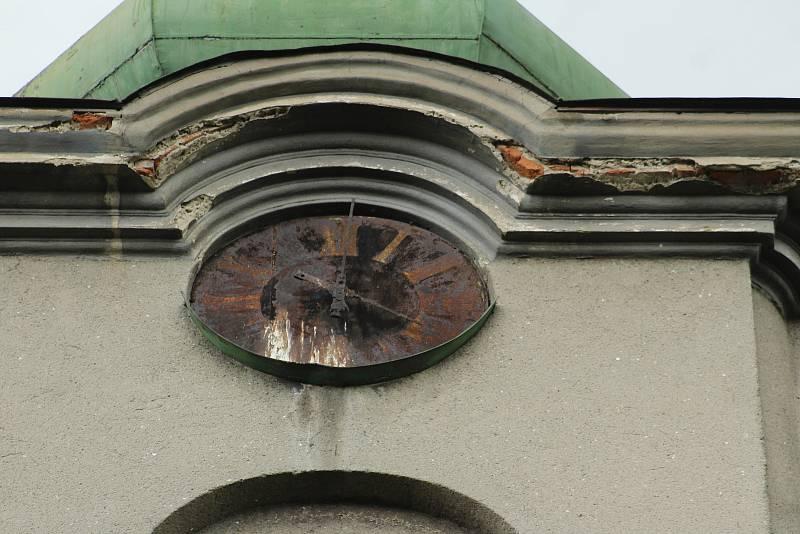 Karviná-Louky. Z původní obce zbylo torzo poté, co její velká část padla v 80. letech za oběť těžbě uhlí. Zůstal jen tarý kostel sv. Barbory stojí opuštěný v pusté krajině.
