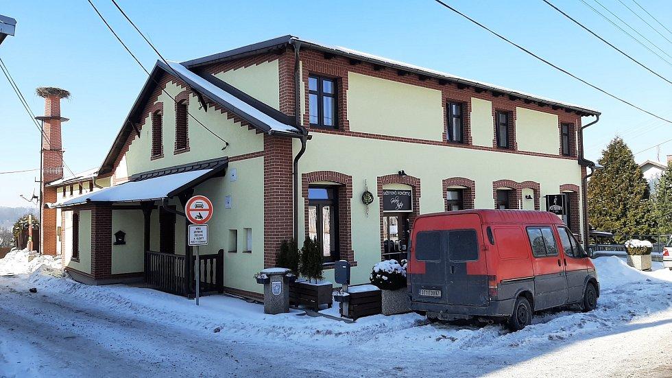 Hornická obec Stonava před 30 lety doslova vstala z popela. Dnes má necelých 2000 obyvatel a velmi dobrou infrastrukturu. Obchody vedle dělnického domu.