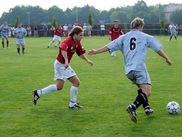 Fotbalisté Havířova (vlevo Robert Schimke) nezvládli šlágr kola v Bohuslavicích a zůstává jim pouze boj o druhé místo.