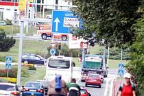Dopravní provoz před velkým havířovským kruhovým objezdem.