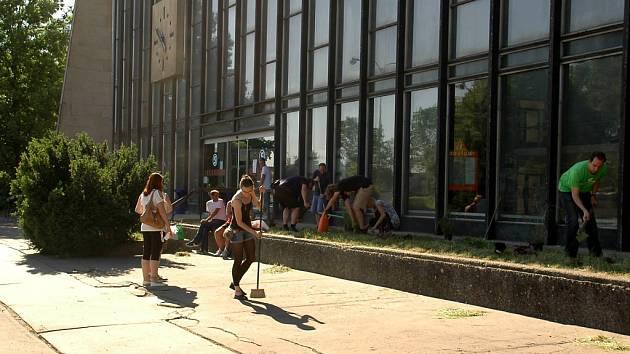 Lidé uklidili před vlakovým nádražím.