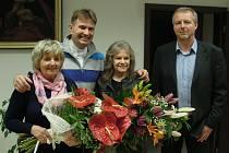Archivní snímek z roku 2016, kdy Eva Pilarová navštívila v Dolní Lutyni svou sestřenici Helenou Štefanovou (vlevo). vzadu farář Marián Pospěcha, Eva Pilarová a starosta obce Pavel Buzek.