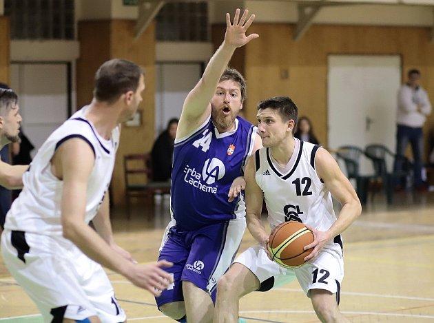 Košíkáři Karviné (vbílém) zdolali Černá pole a jsou vsemifinále.