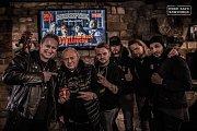 Kapela U.D.O. s jedním z fanouškům před koncertem v jablunkovském Rock Cafe Southock.