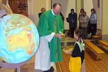 Děti v převlecích za nejrůznější národy byly ozdobou misijní bohoslužby. Své zastoupení zde měly i evropské národy, které symbolizovaly děti v těšínském kroji.