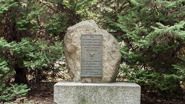 Pamětní deska před bývalým bohumínským polenlagerem. Dvojjazyčný text je věnován památce Poláků, kteří zde při nucených pracích zemřeli v letech 1942 až 1944.