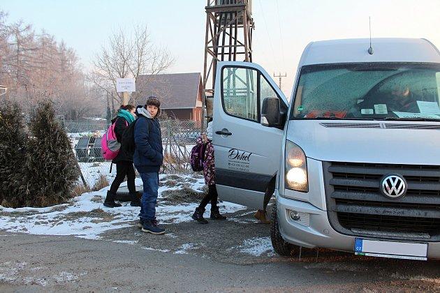 Speciální školní spoj projíždí Dětmarovicemi po dvou trasách. Jedna ze zastávek se nachází i u zdejší restaurace Rumcajs.