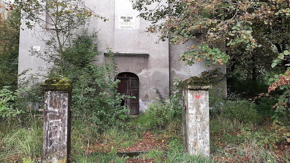 Karviná-Louky. Z původní obce zbylo torzo poté, co její velká část padla v 80. letech za oběť těžbě uhlí. Zůstal jen starý kostel sv. Barbory stojí opuštěný v pusté krajině.