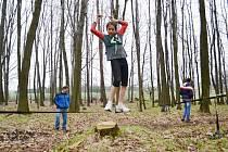 Dominika Hoťková překonává lanovou lávku.