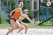 Lucie Haškovcová (v oranžovém) a Kamila Spáčilová byly nejlepší karvinskou dvojicí v Ostravě.