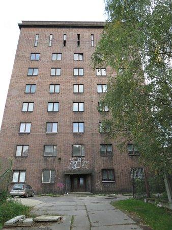 Čelní pohled na budovu vzáří 2012.