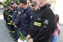 Symbolickým vodním mostem z obou stran hranice uctili hasiči památku zahynulých kolegů.