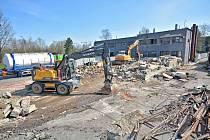 Demolice v areálu nemocnice.