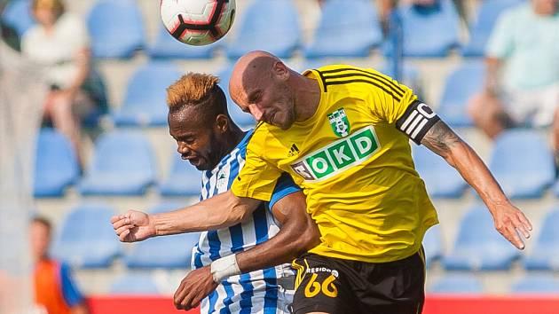 Marek Janečka (ve žlutém) nemůže být spokojen s bráněním mužstva.