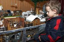 Výrobky s vánoční tematikou, betlémy, ale také letošní výpěstky dětmarovických zahrádkářů, med a včelí výrobky místních včelařů, perníčky, krajky nebo ozdoby šikovných dívek a žen. To bylo k vidění na jedenáctých Medových dnech v Dětmarovicích.